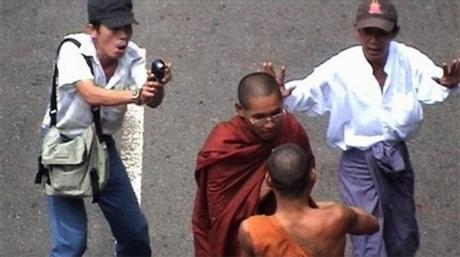 K neuvěření všech, buddhistický mnich obrací svou misku dnem vzhůru na znak odmítnutí stravy od vojenského režimu